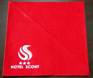 Serwetka papierowa czerwona z nadrukiem logo